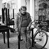 gedachten verzonken, straatfotografie, streetphotography, rokin, amsterdam, z/w-fotografie