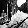 Gent, St Margrietstraat, straatfotografie, street photography, z/w-fotografie, tegenlicht
